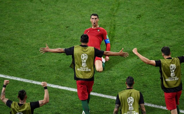 Španska in portugalska nogometna reprezentanca sta se v 1. krogu svetovnega prvenstva v Rusiji v Sočiju razšli z neodločenim izidom 3:3 (1:2).Tekma v Sočiju je ponudila izjemno privlačno predstavo, tri zadetke zvezdnika Reala Cristiana Ronalda, dva gola soigralca Jana Oblaka pri madridskem Atleticu Diega Coste in na koncu kar nekako pravično delitev plena.Foto Jonathan Nackstrand Afp