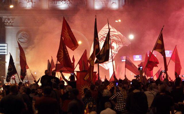 V nedeljskih nasilnih protestih pred poslopjem parlamenta v Skopju je bilo ranjenih deset policistov in aretiranih 26 protestnikov. FOTO: Boris Grdanoski/AP