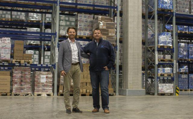 Aleš in Franc Erčulj, uprava podjetja Frigologo, v novem skladišču v Komendi. FOTO: Voranc Vogel/Delo