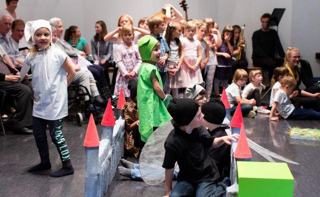 Otroci iz litijskega vrtca na prireditvi razveseljujejo odrasle stanovalce litijskih domov.