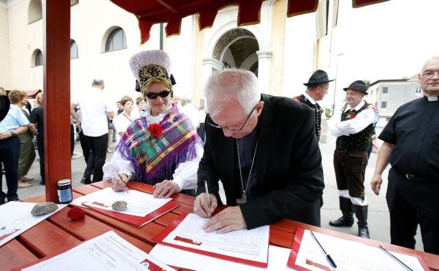 Nadškof Stanislav Zore je s podpisom izrazil nasprotovanje nameri ljubljanske občine. FOTO: Matej Družnik