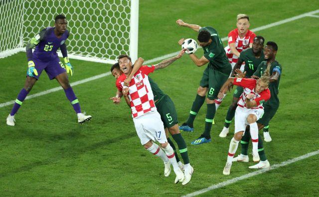Najboljši igralec tekme Mario Mandžukić je priboril enajstmetrovko hrvaški reprezentanci, potem ko ga je takole objel Nigerijec William Troost-Ekong.<br /> FOTO: Reuters