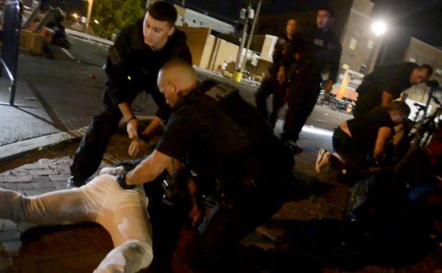 Policisti so po streljanju aretirali več ljudi. FOTO: Reuters
