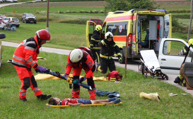 V reševalni vaji so sodelovale ekipe nujne medicinske pomoči, policisti in gasilci. FOTO: Ljubo Motore