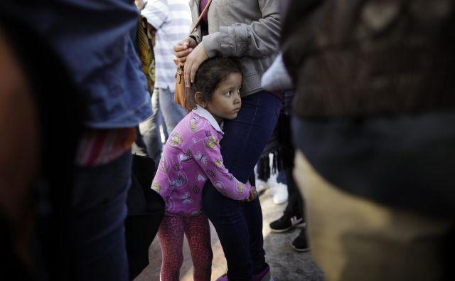 Družinske člane so ločili in otroke odpeljali v nastanitvene centre. FOTO: Gregory Bull/Ap