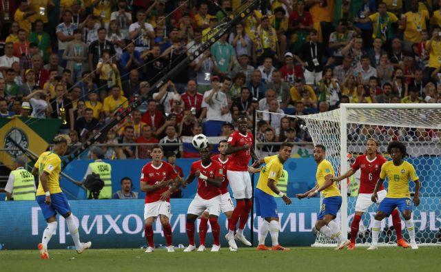 Nogometni ekipi Brazilije in Švice so se na nedeljski tekmi skupine E razšli z remijem 1:1. FOTO: Darko Vojinovic Ap