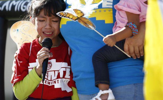 Osemletni Akemi Vargas joče, potem ko so ga ločili od očeta.FOTO: Ross D. Franklin/AP