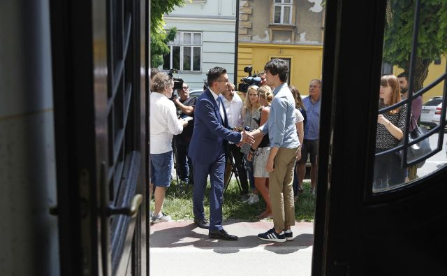 Luka Mesec (desno) o srečanju z Marjanom Šarcem: »Na pogajanja ne gremo z ambicijami po funkcijah, ministrskih sedežih in položajih.« FOTO: Leon Vidic