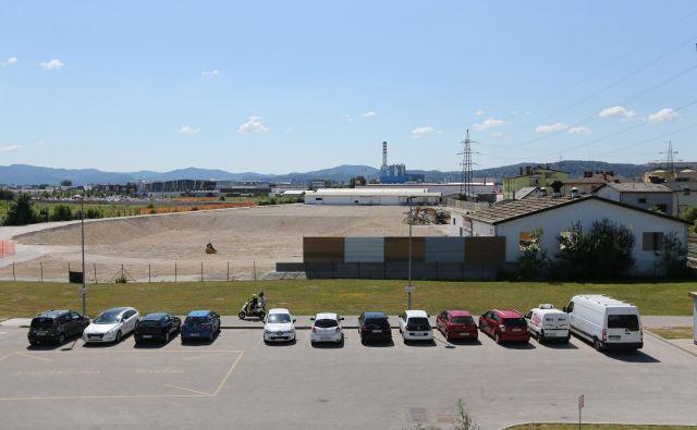 Gradbišče za trgovino Ikea na robu BTC bo v juliju očiščeno vseh starih objektov. FOTO: Tomi Lombar