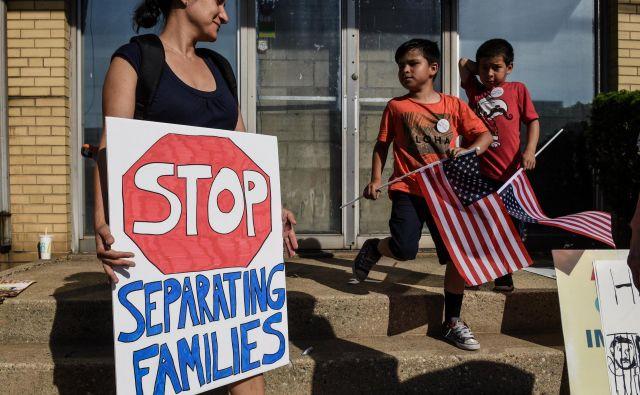 Protest proti ameriški politiki ničelne tolerance, po kateri vse odrasle, ki na nedovoljen način prečkajo mejo, obravnavajo kot kriminalce in jih ločijo od otrok. FOTO: Reuters