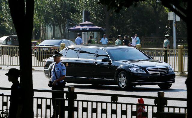 Avtomobil, v katerem naj bi se Kim Džong Un pripeljal na obisk h kitajskemu predsedniku. FOTO: Thomas Peter/Reuters