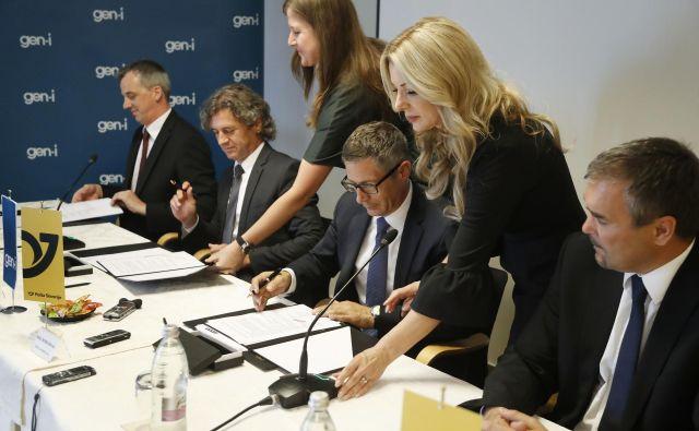 Podpis dogovora o poslovnem sodelovanju Skupine Gen-I in Pošte Slovenije na področju tovorne e-mobilnosti in zelenih dostavnih rešitev. Foto Leon Vidic/Delo