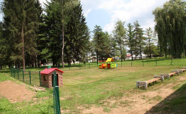 Za ureditev igrišča so morali podreti nekaj dreves, zemljišče zravnati in zasejati travo ter namestiti otroška igrala. FOTO: Bojan Rajšek/Delo