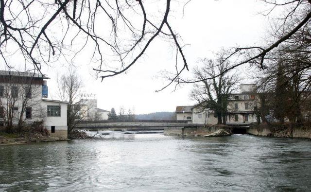Gasilci so v torek popoldne pri pregledu Ljubljanice na območju Vevč našli truplo. FOTO: Mavric Pivk/Delo