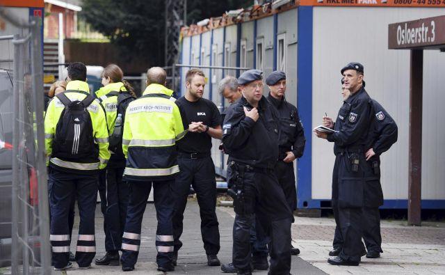 Nemški policisti pred stavbo naOsloerstrasse 3 v Kőlnu. FOTO: Henning Kaiser/Ap