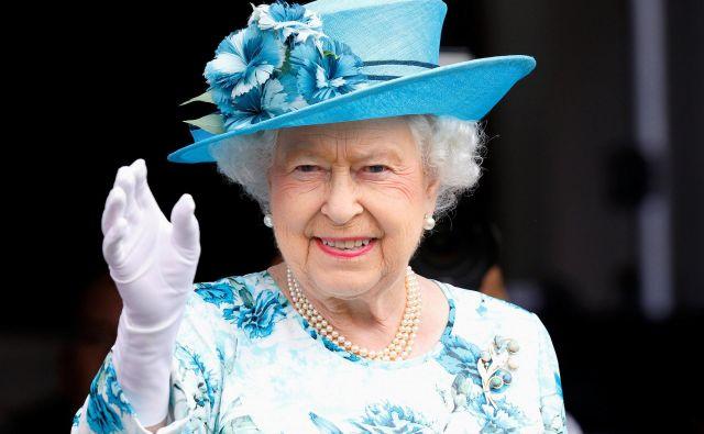 Kraljica o istospolni poroki svojega sorodnika še ni spregovorila, je pa v preteklosti podprla skupnost istospolno usmerjenih. FOTO: Reuters