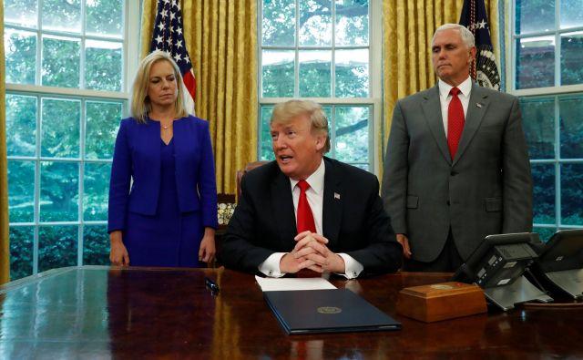 Ameriški predsednik pred podpisom izvršilnega ukaza FOTO: Reuters/Leah Milllis