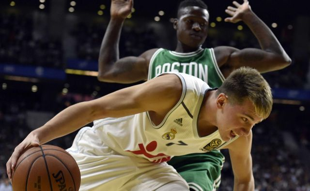 Real Madrid's Slovenian guard Luca Doncic (down) vies with Boston Celtics' guard Terry Rozier (Up) during their NBA Global Games Madrid 2015 basketball match Real Madrid vs Boston Celtics at the Barclaycard center in Madrid on October 8, 2015. AFP PHOTO/ GERARD JULIEN Foto Gerard Julien Afp