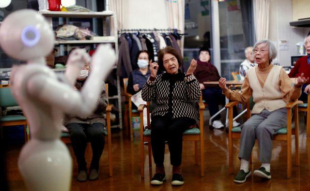 Robot Pepper v tokijskem domu za starejše Šintomi. Foto Reuters