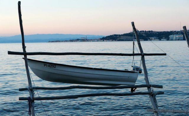 Tudi čoln na južni strani Piranskega zaliva s piransko registracijo je čaka na odločitev evropske komisije. FOTO: Blaž Samec/Delo