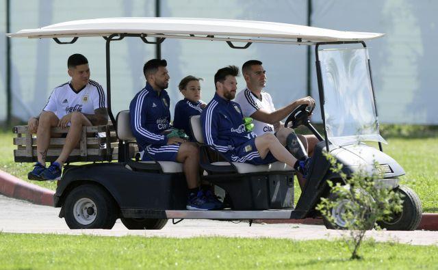 Lionel Messi se tudi na trening vozi v prvi vrsti, njegov prijatelj Sergio Agüero se ga zvesto drži, Marcosa Roja pa je slab štart na SP potisnil na prtljažnik.<br /> Foto AFP
