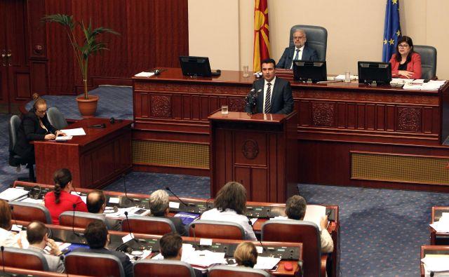 Makedonski premier Zoran Zaev pred parlamentom FOTO: AP