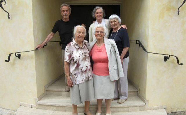 Srečanje učiteljiščnikov, ki so maturirali leta 1948. V spodnji vrsti (z leve) Marija Brdovnik in Vera Tič, v zgornji Vladimir Dostal, Nuša Kukman in Jelka Maligoj. FOTO: Špela Kuralt/Delo