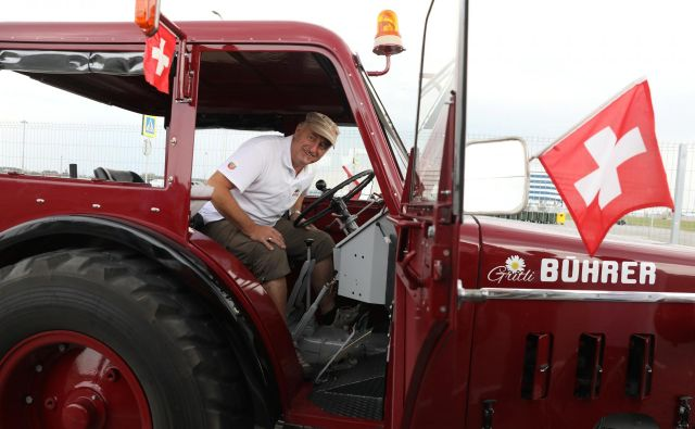 Beat Studer je do Kaliningrada prišel kar s traktorjem. FOTO: Reuters