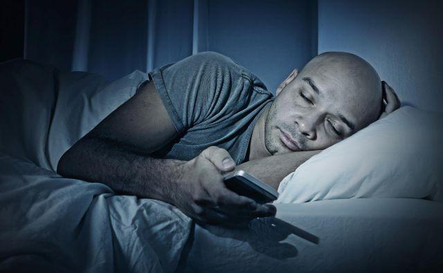 Modro svetlobo, ki ruši bioritem, oddajajo zlasti zasloni, predvsem telefonov, v katere pogosto gledamo tudi ponoči. FOTO Shutterstock