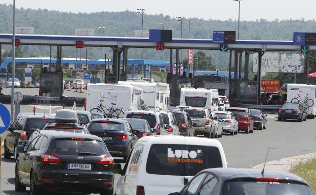 Zelo visoka gostota prometa bo v petek popoldne na poti proti Hrvaški. FOTO: Leon Vidic/Delo