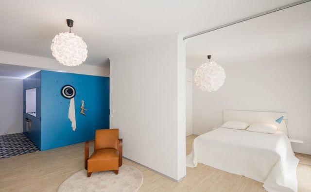 Po prenovi je tudi majhno stanovanje postalo zelo igrivo. Foto João Morgado