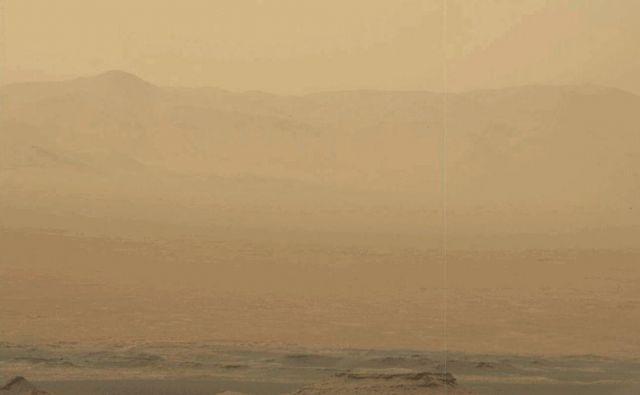 Peščeni vihar na Marsu. FOTO: NASA