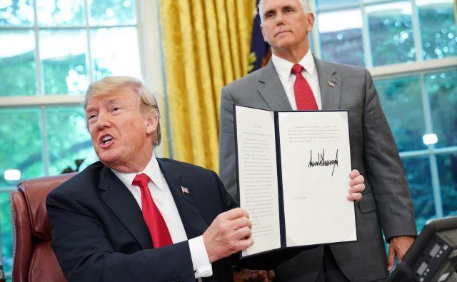 Donald Trump je po mednarodnem burnem odzivu podpisla izvršni ukaz, ki naj bi končal ločevanje otrok od staršev na meji.FOTO: Mandel Ngan/AFP