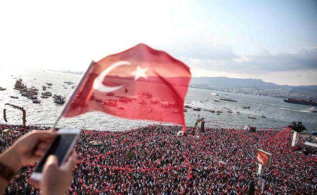 Nedeljske volitve za sedanjega turškega predsednika Recepa Tayyipa Erdogana predstavljajo največji volilni izziv v njegovi 15-letni vladavini. FOTO: Emre Tazegul/AFP