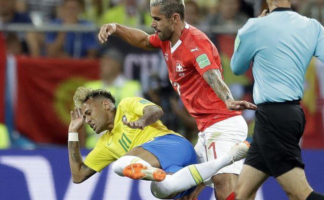 Švicarji (v rdečem dresu Valon Behrami) niso bili nič kaj nežni do Neymarja, nad njim so storili kar deset prekrškov, eden mu je pustil boleče posledice.
