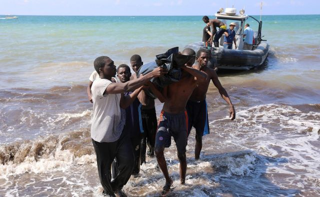 Reševanje beguncev na obali blizu mesta Tadžura, vzhodno od libijske prestolnice Tripoli FOTO: Reuters/Hani Amara