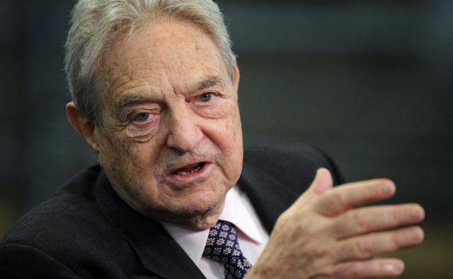 Ameriško-madžarski poslovnež George Soros financira nevladne organizacije, ki pomagajo migrantom. FOTO: Axel Schmidt/AFP