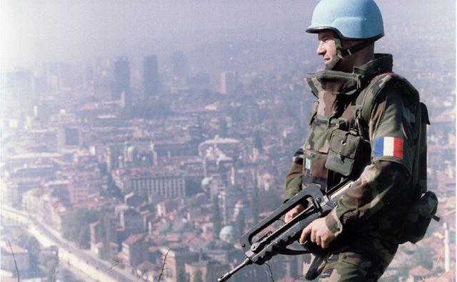 Modre čelade ZN bi morale varovati Srebrenico. FOTO: Reuters