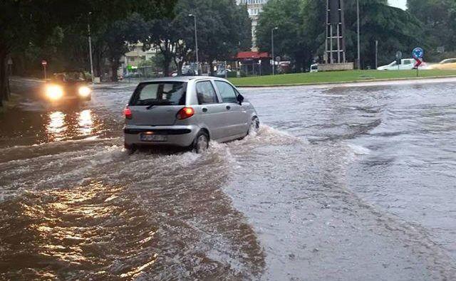 Obilno deževje v Pulju. FOTO: Mauro Meden/istramet