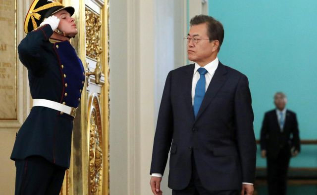 Južnokorejski predsednik Mun Džae In ob prihodu k Vladmirju Putinu. FOTO: Sergei Karpukhin/Ap