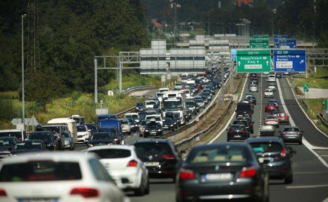 V času turistične sezone, torej od danes naprej, se spremeni tudi omejitev tovornega prometa in skupin vozil, katerih največja dovoljena masa presega 7,5 ton. FOTO: Jure Eržen/Delo
