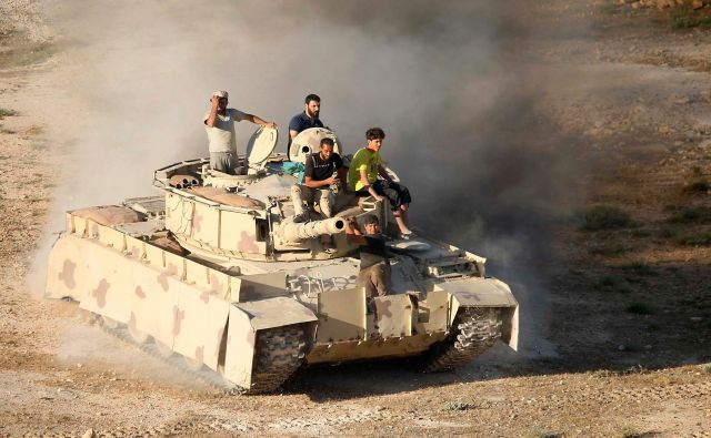 Sibiriski uporniki v tanku na ozemlju Dare.FOTO: Mohamad Abazeed/Afp