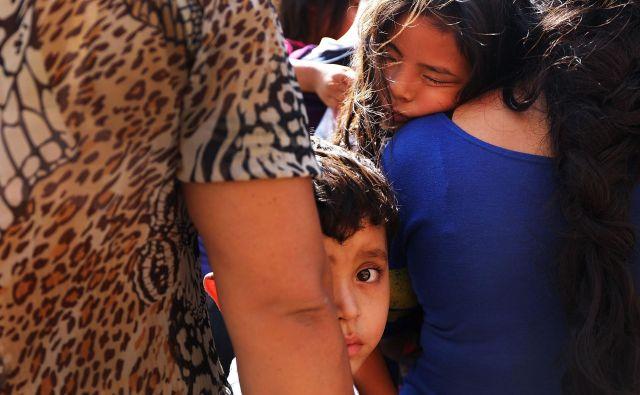 Manjše število otrok bo predvidoma ostalo ločenih od odraslih, a razlogi so drugačni kot do zdaj. FOTO: AFP