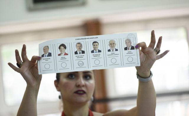 Z novimi volitvami bo predsednik dobil več pristojnosti, odpravili bodo položaj premierja.FOTO: Yasin Akgul/Afp