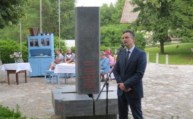 Poslanec Marjan Šarec je pred pomnikom Geoss v Spodnji Slivni spoštljivo spregovoril o dnevu državnosti. FOTO: Bojan Rajšek/Delo