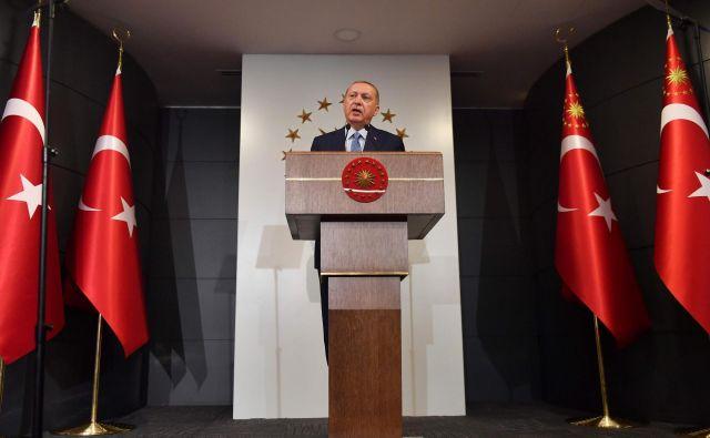 Erdogan je že ponoči razglasil zmago. »Narod mi je zaupal naloge in odgovornosti predsednika,« je dejal v nagovoru v svoji rezidenci v Istanbulu. FOTO: AFP