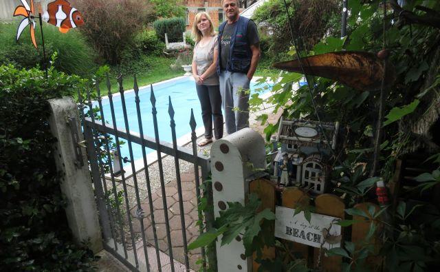 Ana in Franc Jarc pred domačim »morjem« v Srednji vasi pri Šenčurju. Foto Blaž Račič/Delo