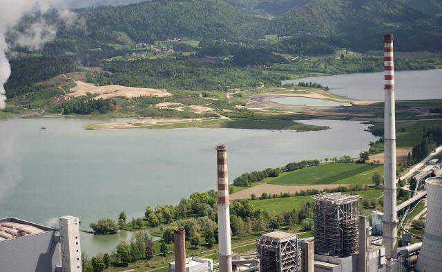 Pregrada med Velenjskim (zgoraj) in Šoštanjskim jezerom, kamor je Toming inženiring brez dovoljenj vgradil odpadno zemljo iz Celja. Foto MOV/Jan Apat