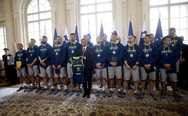 Predsednik Borut Pahor je košarkarjem podelil zlati red za zasluge, prejel pa reprezentančni dres s simbolično številko 17. Foto Blaž Samec