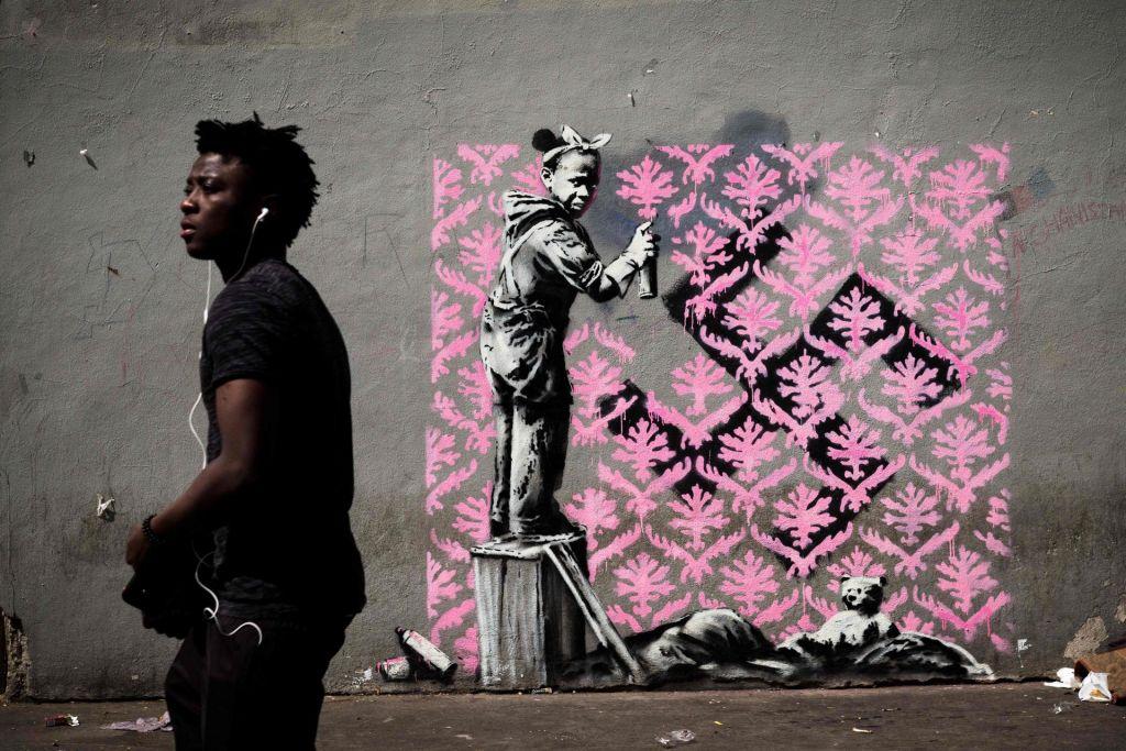 FOTO:Banksy z migrantsko tematiko na pariških stavbah (FOTO)